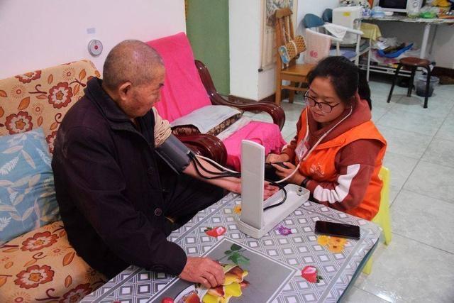 """探索社区智慧居家养老模式华阳""""管家式服务""""提升老人幸福感"""